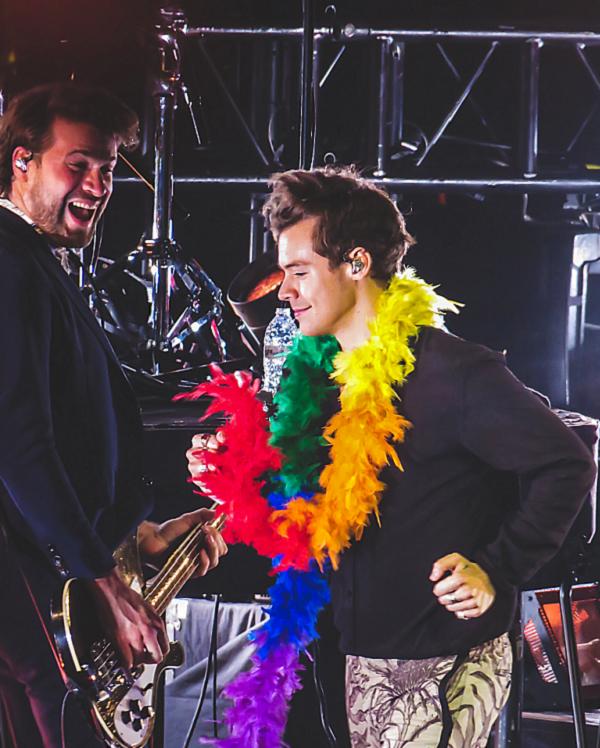 Nam ca sĩ tích cực lăng xê chiếc cờ cầu vồng, biểu tượng của LGBTQ.