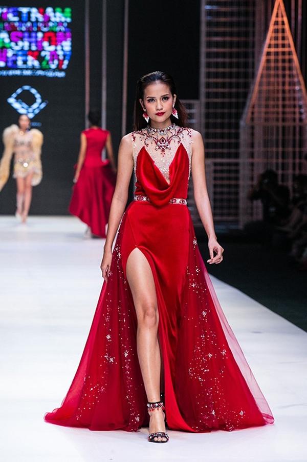 Ngọc Châu là người diện thiết kế này trên sàn catwalk