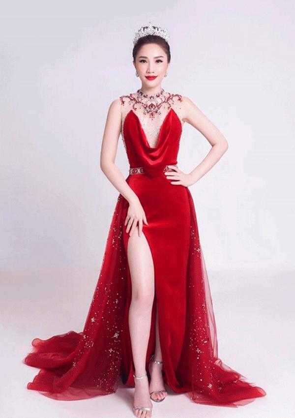 Cùng diện đầm đỏ nhưng Bảo Thy không khoe được lợi thế đôi thân thon dài như những người mẫu khác