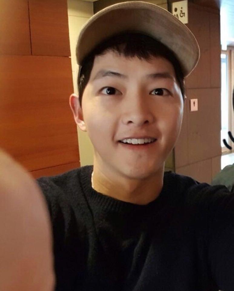 Tấm hình selfie cùng fan của Song Joong Ki khiến nhiều người 'tá hỏa' vì béo lên trông thấy.