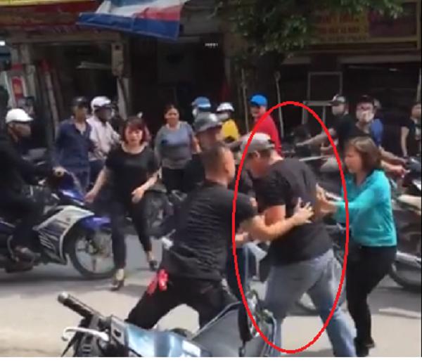 Người đàn ông cao lớn lao vào hành hung nam thanh niên trên phố Hà Nội.