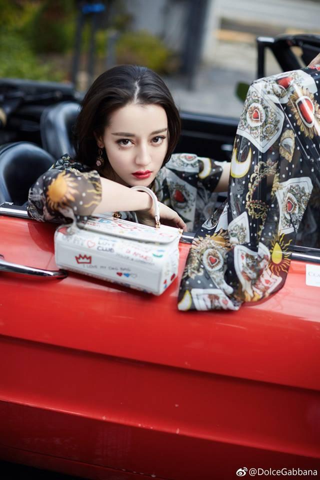 Bộ ảnh được thực hiện để quáng bá cho nhãn hàng thời trang cao cấp mà tiểu hoa đán làm người đại diện tại Trung Quốc.