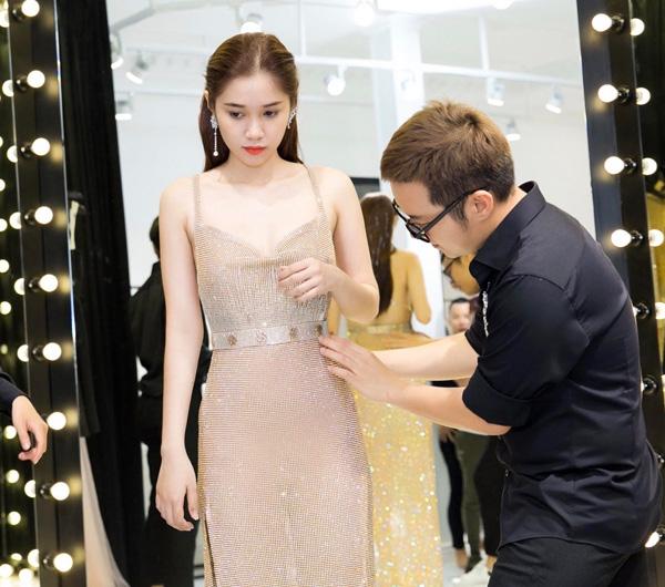 Chung Thanh Phong cẩn thận chỉnh sửa từng chút một để Quỳnh Hương có được bộ đồ lộng lẫy nhất.