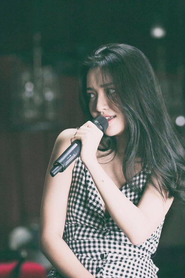 Khoảnh khắc đốn tim fans của Bích Phương trong liveshow của cô nàng vào tối qua.