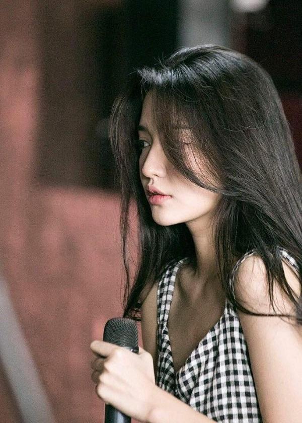 Bích Phương cho biết, cô nàng đã tự cày view Bùa yêu đến 5h sáng nhưng khóc dặn fan đừng thức khuya ảnh hưởng sức khỏe.