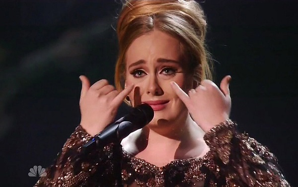 Adele nức nở trên sân khấu comeback.