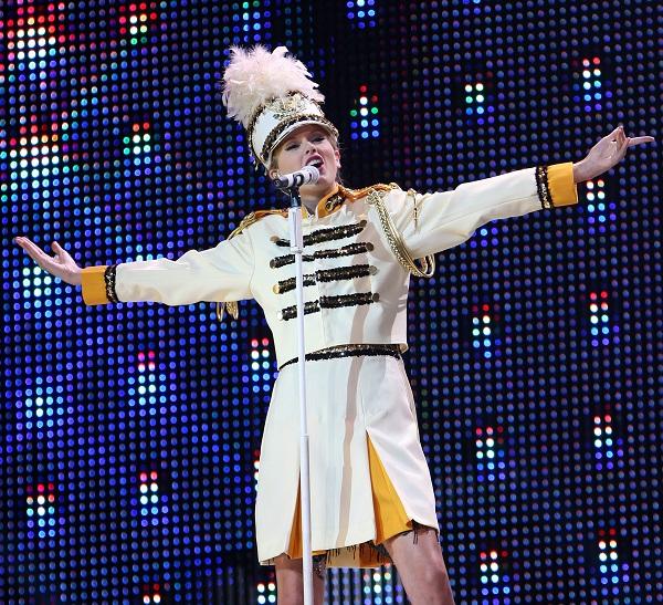 Ngoài ra, nữ ca sĩ còn mang tới âm hưởng High School Musical.