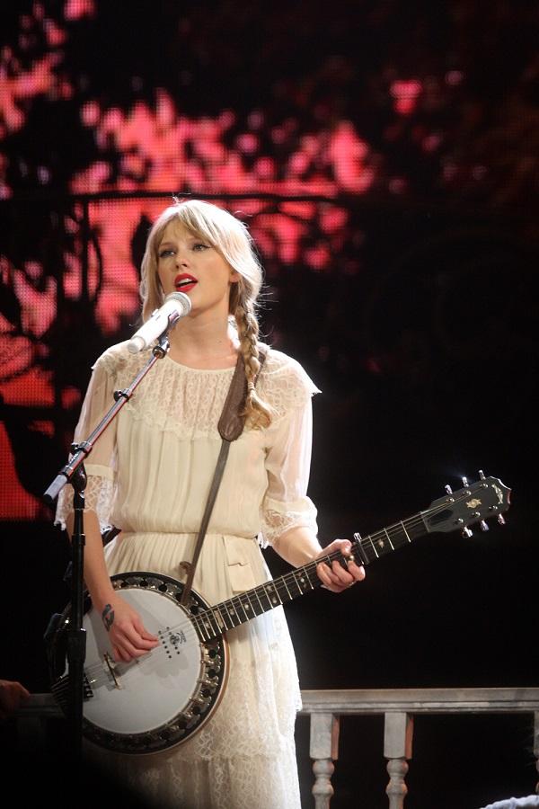 Bên cạnh đó, Taylor trình diễn nhiều tiết mục acoustic. Tại mỗi thành phố ở Bắc Mỹ, cô mang tới một tiết mục bày tỏ sự mến mộ đối với một nghệ sĩ có xuất thân từ đó.