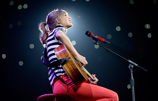 Một Taylor Swift 'tắc kè hoa' ra mắt khán giả.