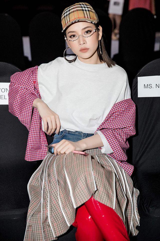 Chi Pu kết hợp trang phục ngẫu hứng cùng phụ kiện mắt kính không tròng