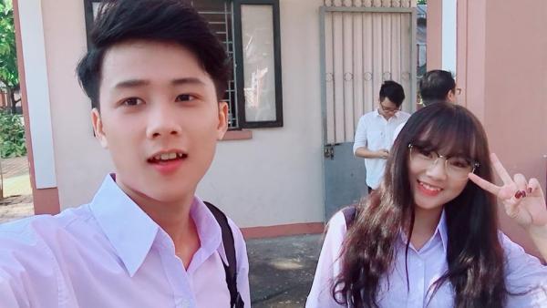 Tuấn Anh chụp hình cùng bạn diễn trong ngày quay MV.