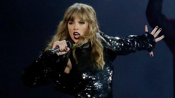 Taylor Swift trình diễn trong tour Reputation.