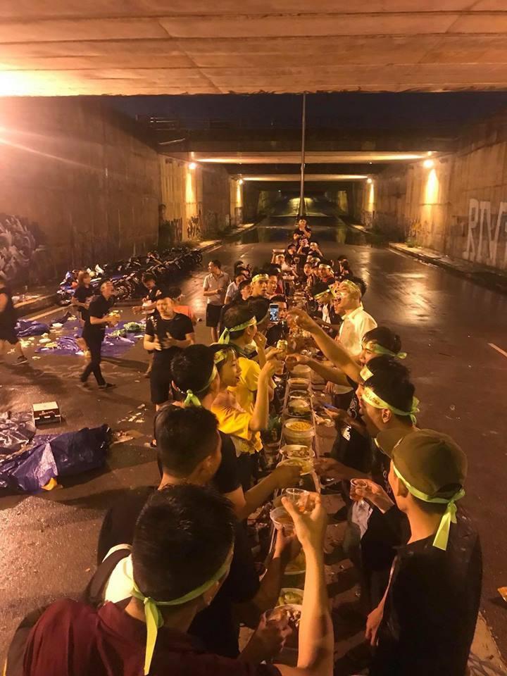 Hình ảnh một nhóm phượt thủ đang ăn uống giữa đoạn đường hầm khiến nhiều người bức xúc.