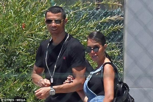 CR7 cùng bạn gái có những chuyến du lịch lãng mạn và mặn nồng bên nhau