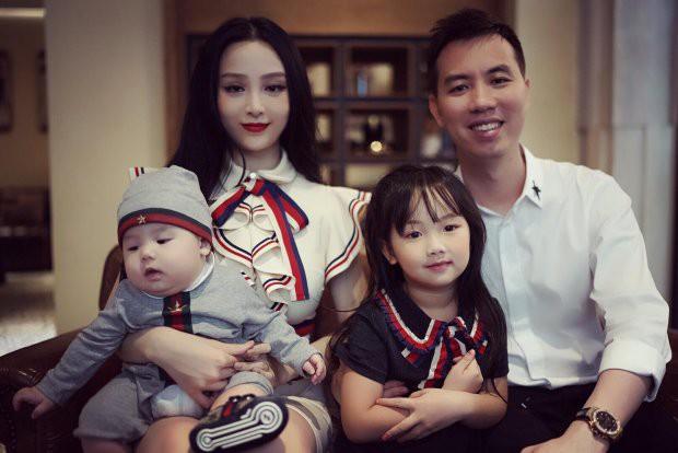 Gia đình hạnh phúc của Huyền Baby.