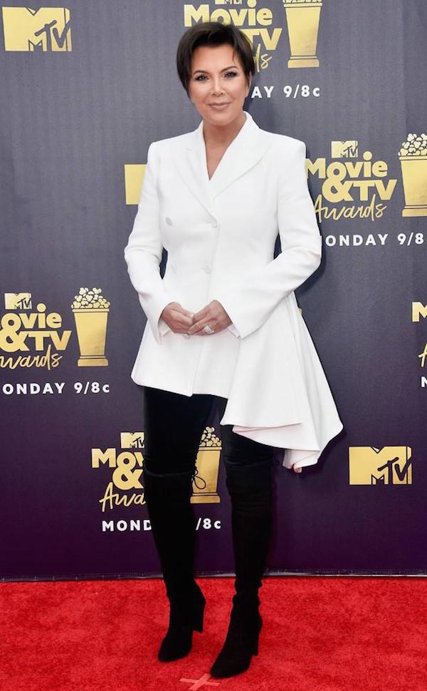 Mẹ của Kim Kardashian, bà Kris Jenner cũng tham dự giải cùng con gái trong trang phục trắng - đen.