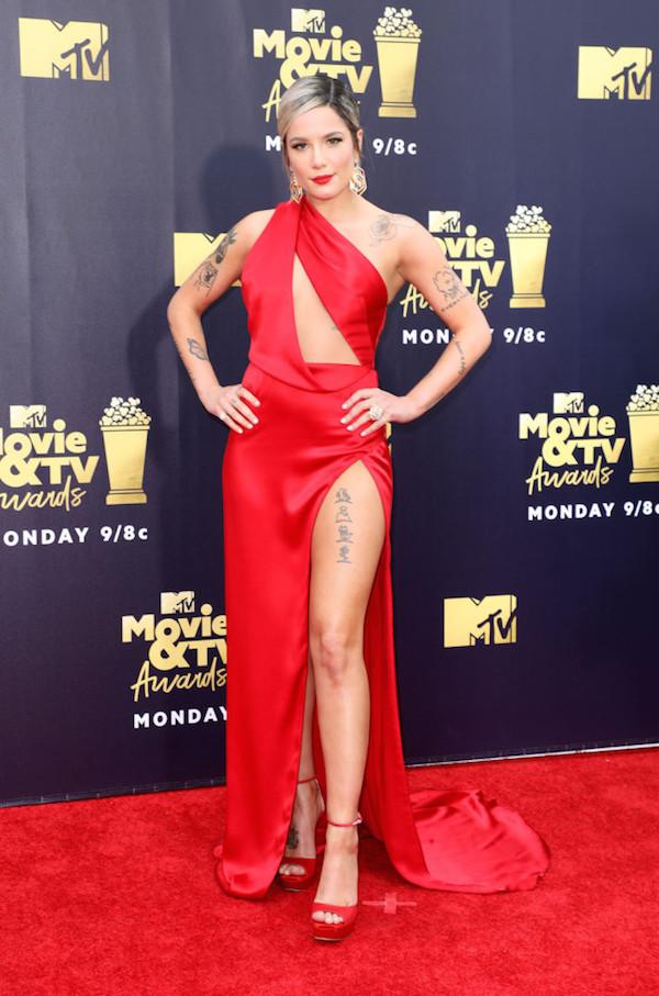 Nữ ca sĩ Hasley để lộ nhiều hình xăm trong bộ cánh đỏ tươi.