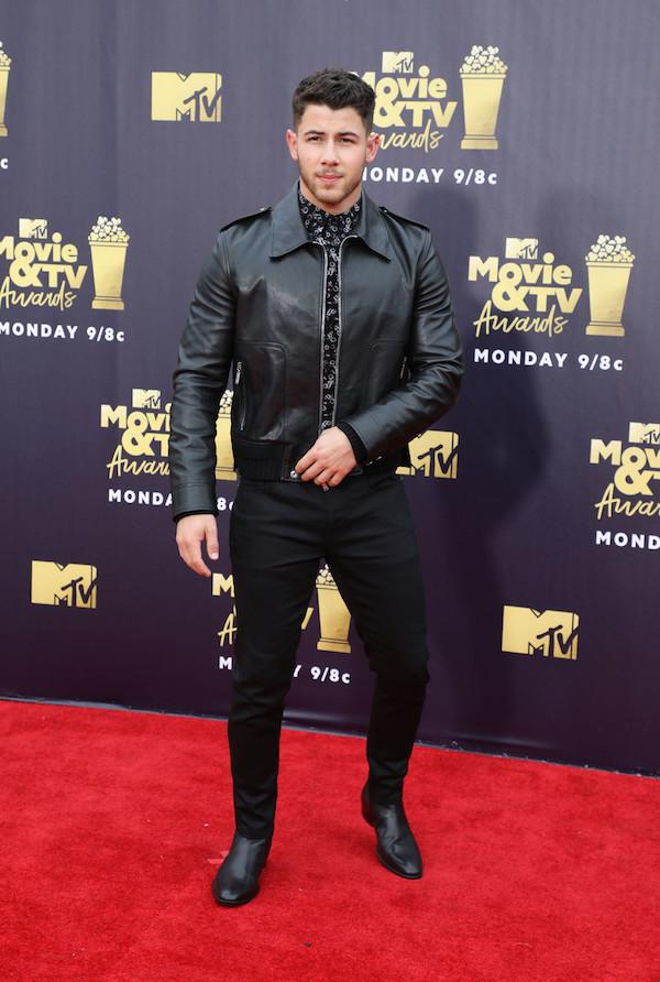 Nick Jonas lịch lãm và sành điệu trong 'cây đen' từ đầu tới chân.