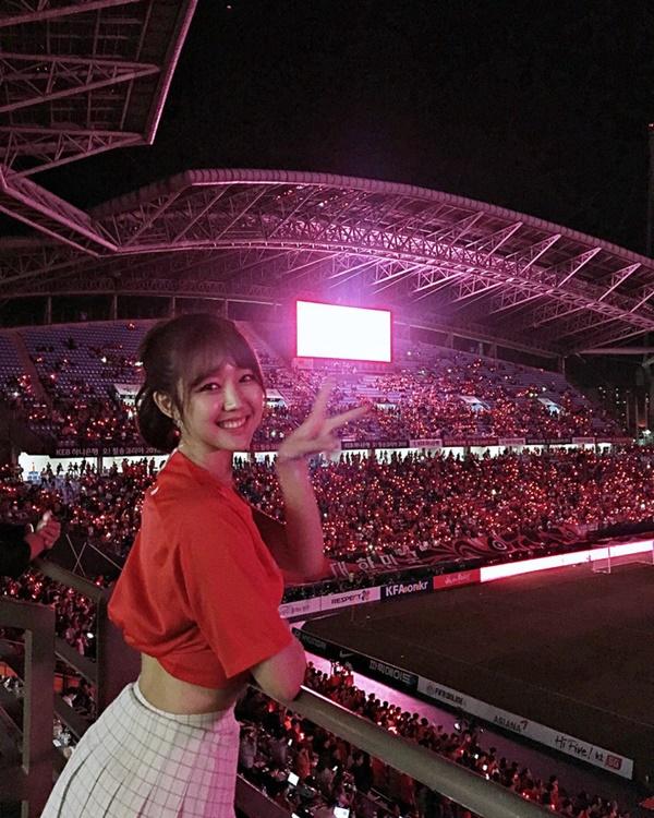 Nữ cổ động viên Hàn Quốc xinh xắn, rạng ngời trên khán đài World Cup 1