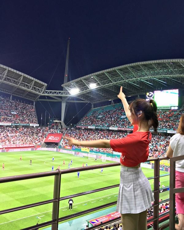 Nữ cổ động viên Hàn Quốc xinh xắn, rạng ngời trên khán đài World Cup 2