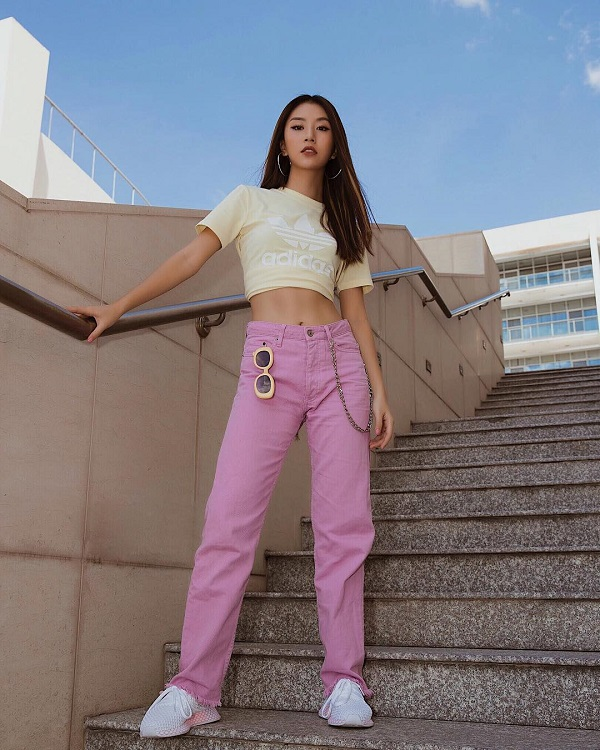 Quỳnh Anh Shyn chất chơi với set đồ đơn giản mà trẻ trung nổi bật. Nàng hot girl đình đámHà thành kết hợp áo crop top màu be nhạt với quần jean ống tuarua màu hồng pastel, khoe vòngeo thon gọn.