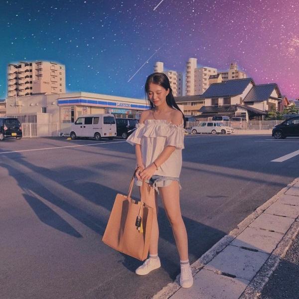 Mẫn Tiên khoe vẻ tươi trẻ dễ thương khi diện áo trễ vai nhún bèo điệu đà để mix cùng với quần short ngắn và giày sneaker.