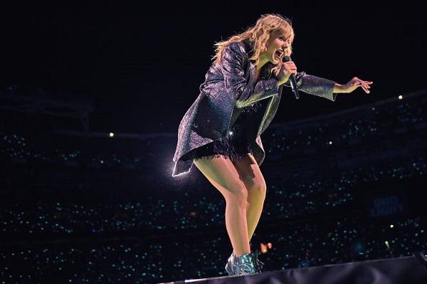 Taylor Swift trình diễn trên sân khấu Reputation.