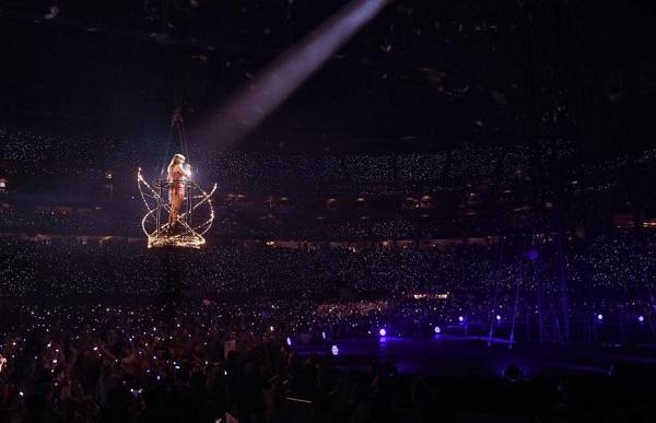 Sự cố đã khiến nữ ca sĩ mắc kẹt trên không trung trước toàn bộ khán giả.