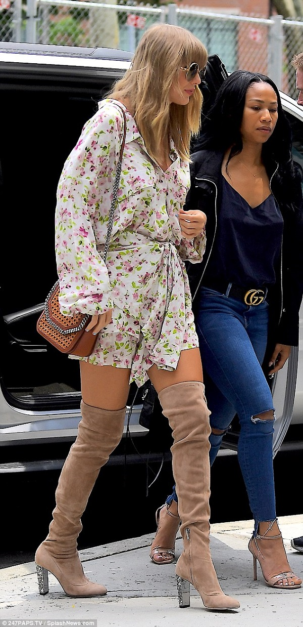 Taylor Swift khoe chân dài trên đường phố New York.