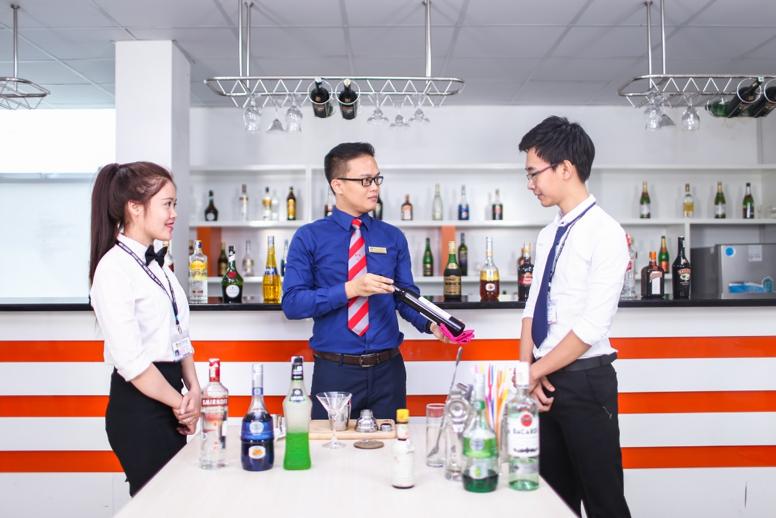 Sinh viên nhóm ngành Quản trị Nhà hàng – Khách sạn HUTECH trong giờ thực hành với giảng viên