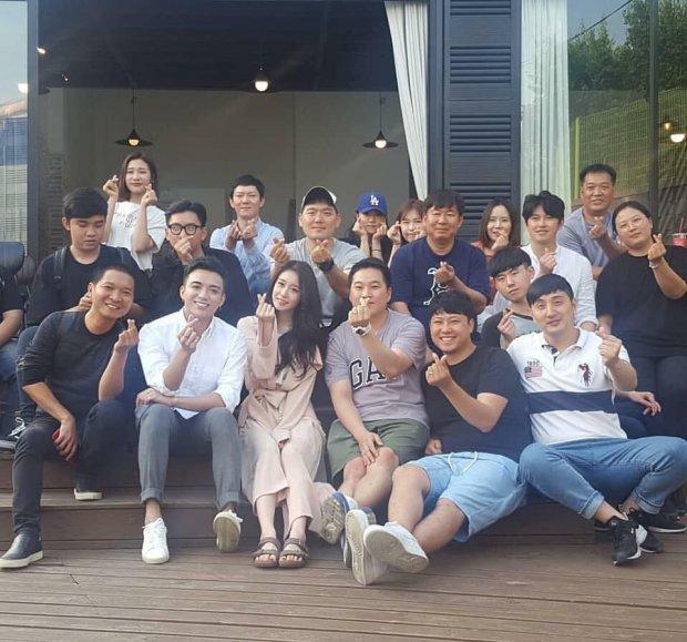 Jiyeon chụp cùng ekip thực hiện.