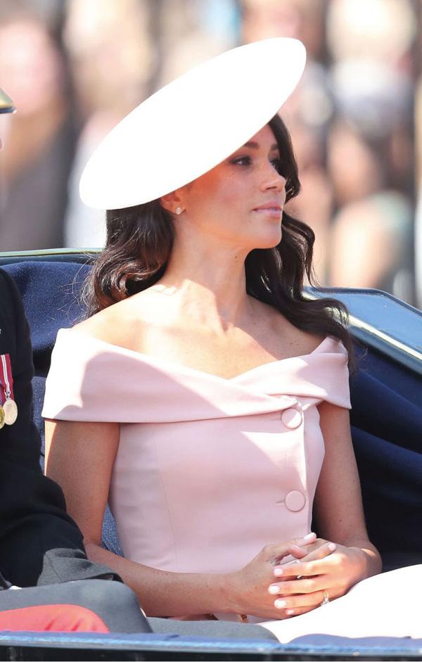 7 lầnphá vỡ quy tắc trang phục Hoàng gia Anh của Công nươngMeghan 5
