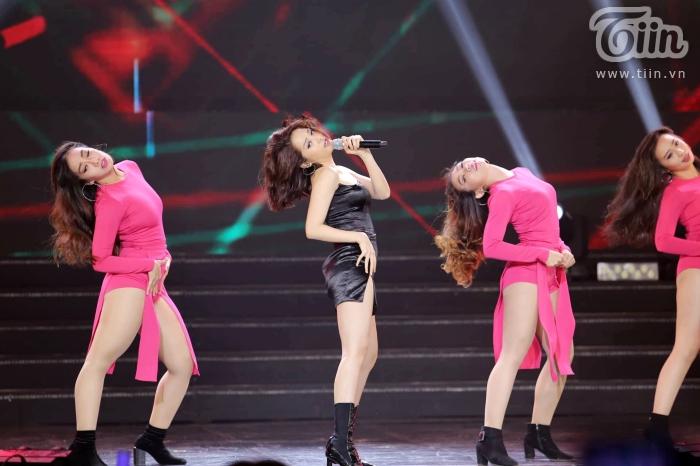 Xuất hiện trong đêm nhạc cùng EXID, Bảo Anh nhảy cực sung với phong cách cá tính, sexy 2