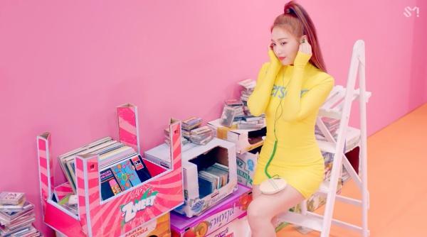 Red Velvet hâm nóng đường đua Kpop cuối hè với MV 'Power Up' 1
