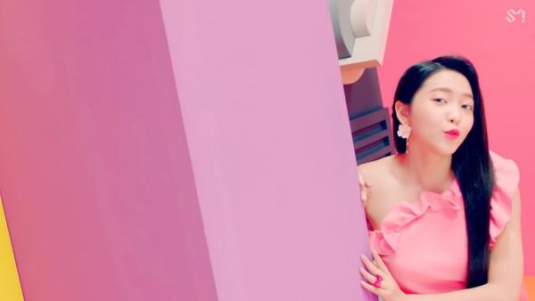 Red Velvet hâm nóng đường đua Kpop cuối hè với MV 'Power Up' 0