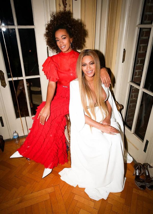 Nhà Knowbles thật may mắn khi có hai cô con gái tài sắc vẹn toàn. Cả hai đều là những ca sĩ có tài năng, hoạt động nghệ thuật từ sớm. Nếu Beyoncé được biết đến như một 'cỗ máy in tiền' của ngành công nghiệp âm nhạc thì Solange vẫn say đắm với những nhạc phẩm được giới chuyên môn đánh giá cao. Đều theo đuổi dòng nhạc R&B nhưng Beyoncé và Solange sở hữu cá tính âm nhạc riêng không thể trộn lẫn.