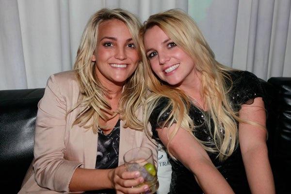 Britney Spears - 'công chúa nhạc pop' xinh đẹp đốn tim bao người hâm mộ đến nay vẫn giữ vững tên tuổi của mình trong làng nhạc. Em gái Jamie Lynn Spears thì đáng yêu và duyên dáng không kém cô chị. Jamie tham gia diễn xuất và sáng tác nhạc. Cô còn ra mắt album nhạc đồng quê nhưng không đạt được tiếng vang lớn. Năm 2007, em gái Britney Spears gây chú ý vì mang thai ở tuổi 16.