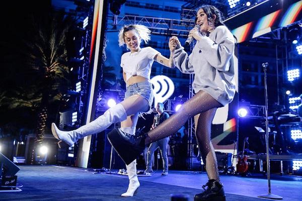 Miley Cyrus là hình tượng Disney nổi tiếng từ bộ phim Hannah Montana. Sau khi từ giã Disney, Miley lột xác với hình ảnh trưởng thành, táo bạo hơn. Hiện nay cô đang tập trung cho sự nghiệp cầm mic. Tên tuổi của Miley chính là bệ phóng để em gái Noah Cyrus theo đuổi con đường nghệ thuật. Noah đã diễn xuất từ năm 2008 và bắt đầu hoạt động âm nhạc chuyên nghiệp từ 2016 với các đĩa đơn đầu tay được giới chuyên môn đánh giá cao.
