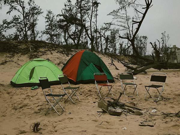 Nhóm bạn cùng mang lều để cắm trại, tiết kiệm được 300.000 đồng/ngày.