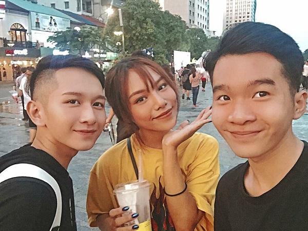 Chẳng cần đi đâu xa thì hội bạn của Dương cũng đã đủ vui và ấm áp với nhaubằng những buổi trà sữa dạo phố.