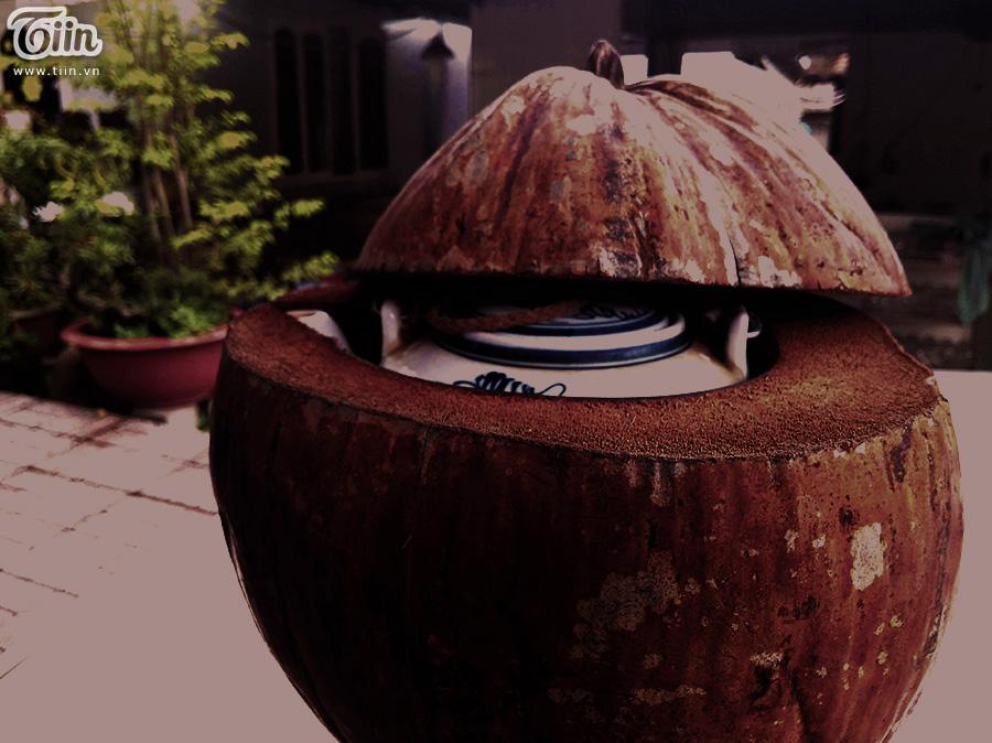 Quán vẫn sử dụng vỏ dừa khô để giữ ấm bình trà