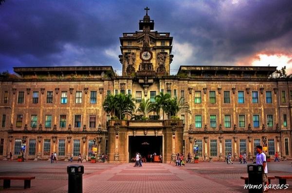 Santo Tomas là một ngôi trường nổi tiếng khắp châu Á vì bề dày lịch sự và phong cách kiến trúc vô cùng cổ kính.