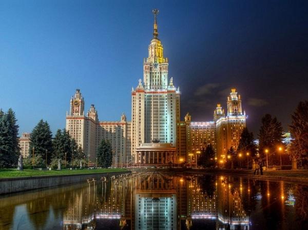 Cao 36 tầng và có một bể bơi ngay ở khu vực sân chính, đại học Quốc gia Moscow được nhiều người tưởng lầm làmột khu nghỉ dưỡng cao cấp hiện đại.