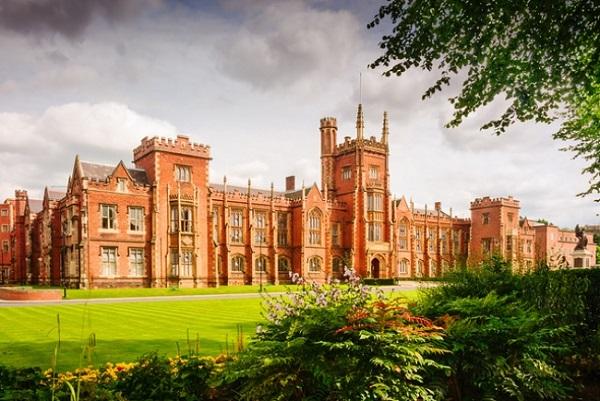 Được xây dựng bởi nữ hoàng Elizabeth, trường đại học Queen's Belfasthiện lên như một tòa lâu đài cổ kính giữa rừng núi nguy nga.
