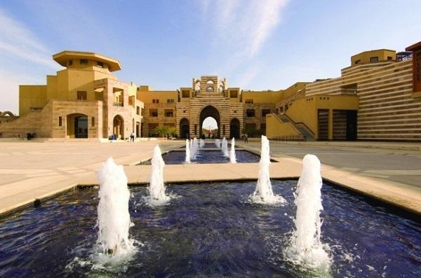Trường đại học Quốc tế Mỹ, tại Cairo mang đến một lối kiến trúc hòa trộn giữa phong cách Tây hiện đại và văn hóa Ai Cập cổ kính.