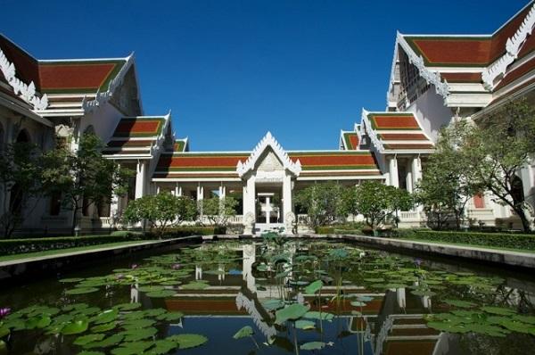 Là một đất nước chuộng Phật Giáo nên trường đại học hàng đầu của Thái Lan - trường đại học Chulalongkorn cũng có phong cách kiến trúc chịu ảnh hưởng mạnh mẽ của chùa chiền.