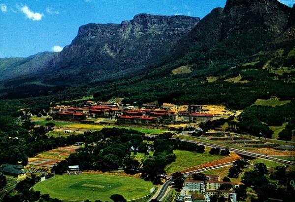 Đại học Cape Town, Nam Phi nằm ở vị trí đắc địa trên sườn núi Devil Peak và ngay cạnh ngọn núi Bàn nổi tiếng thế giới.
