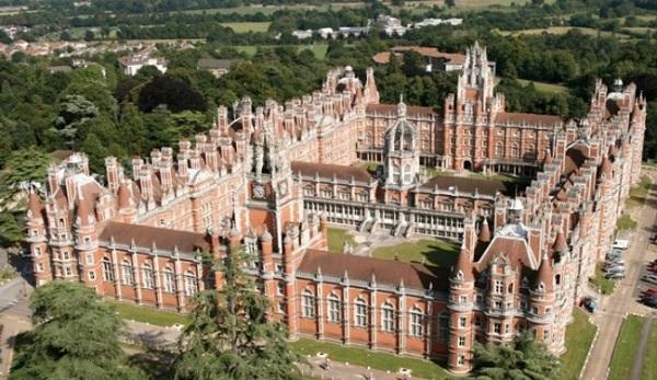Đây được coi là ngôi trường độc đáo nhất thế giới với kiến trúc gạch đỏ độc đáo.
