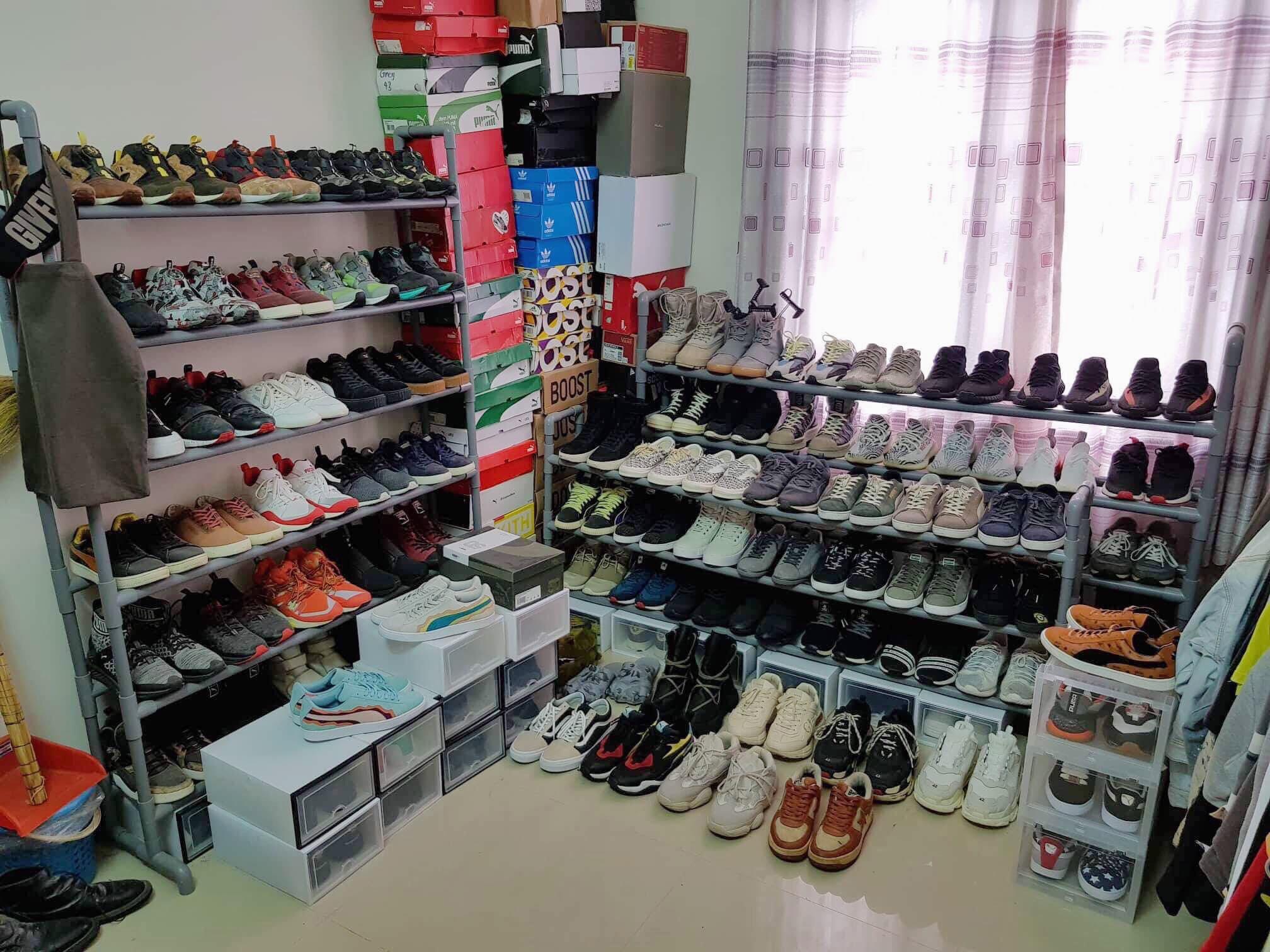 ... và bộ sưu tập những đôi giày hàng hiệu, chất lừ.