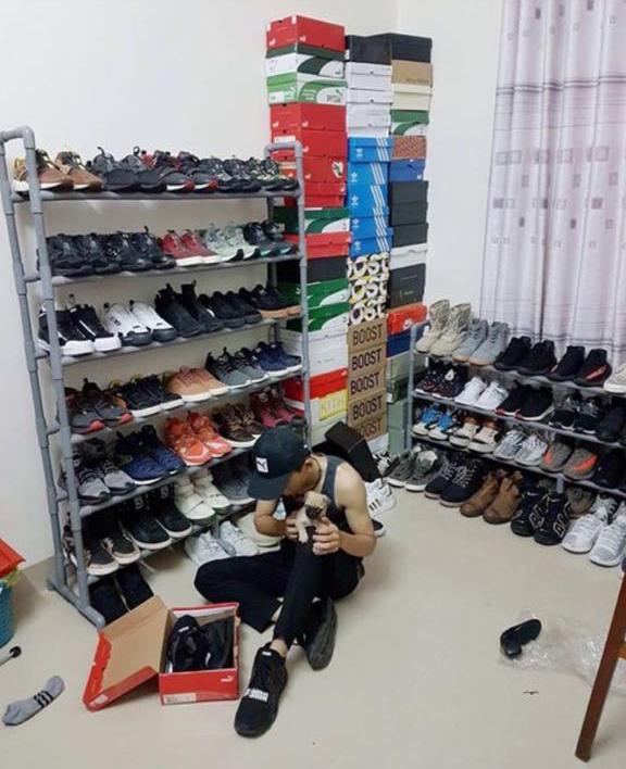 Những đôi giày được xếp gọn gàng, tùy mục đích sẽ được mang ra sử dụng.